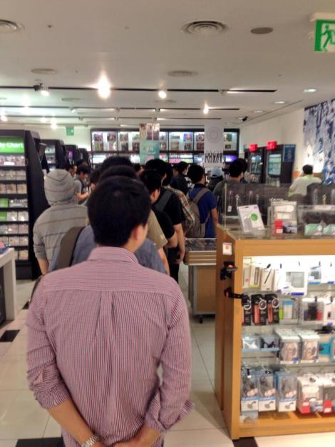 On Twitter, user LoLiel shared a photo of people waiting in line to buy GTA5 at Hottracs, a record/game store in the Gangnam district of Seoul.